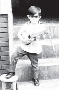 Desde muy joven le gustó la música. En la fotografía, a sus cinco años, jugando con una guitarra.