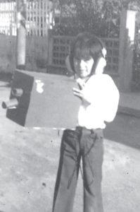 Wálmaro Gutiérrez a sus 6 años. En la fotografía con una cámara filmadora elaborada por su mamá para una fiesta de cumpleaños.