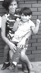 A los tres años de edad junto a su mamá, doña Ana Mercado.