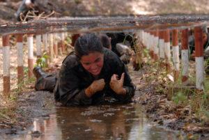 La pista de aplicación militar del cadete consta de 32 obstáculos. El objetivo de este campo es mejor la condición física del estudiante. En la fotografía la periodista Dora luz Romero.