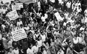 1967. Los estudiantes le organizaron varias huelgas  y protestas al rector Tünnermann, como esta de 1967 cuando la sociedad leonesa se oponía a la creación de una universidad nacional en Managua.