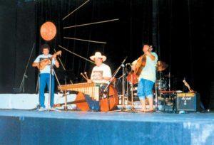 Un concierto en 1992. Amado Felipe también canta.