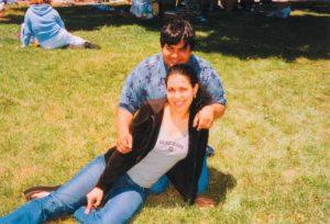 En una foto reciente con Antonella Betanco, su esposa,