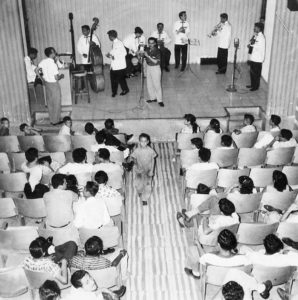 En los salones de las emisoras de radio la gente podía asistir a presentaciones en vivo de artistas nacionales e internacionales.