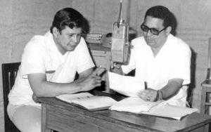 De lentes de aro negro Joaquín Absalón Pastora, al, aire y en vivo, al lado del colega Benjamín Arrieta Campo.