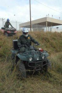 La vigilancia de la frontera incluye patrullaje montado a caballo, en carro bicicleta, moto y hasta cuadraciclos todo terreno.