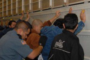 Una vez capturados, son registrados y conducidos a los centros de detención para su proceso de de deportación.