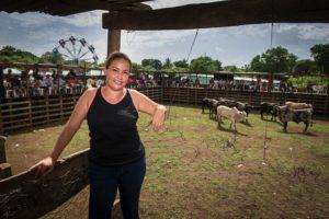 """Eveling Pérez, de 28 años, es capitana del grupo de monta """"Espuelas indomables"""", que trabajan en ferias de todo el país y hacen giras a Costa Rica y Panamá."""