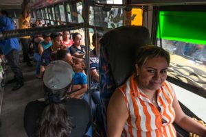 Paola Carmona reconoce que le gusta conducir buses, pero que lo hace mientras gestiona su título en Administración de Aduanas, carrera de la que es egresada.