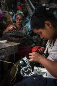 Rosa Emilia López les enseñó a sus seis hijos a reparar aparatos domésticos y sus hijas trabajan haciendo reparaciones. Foto Oscar Navarrete.