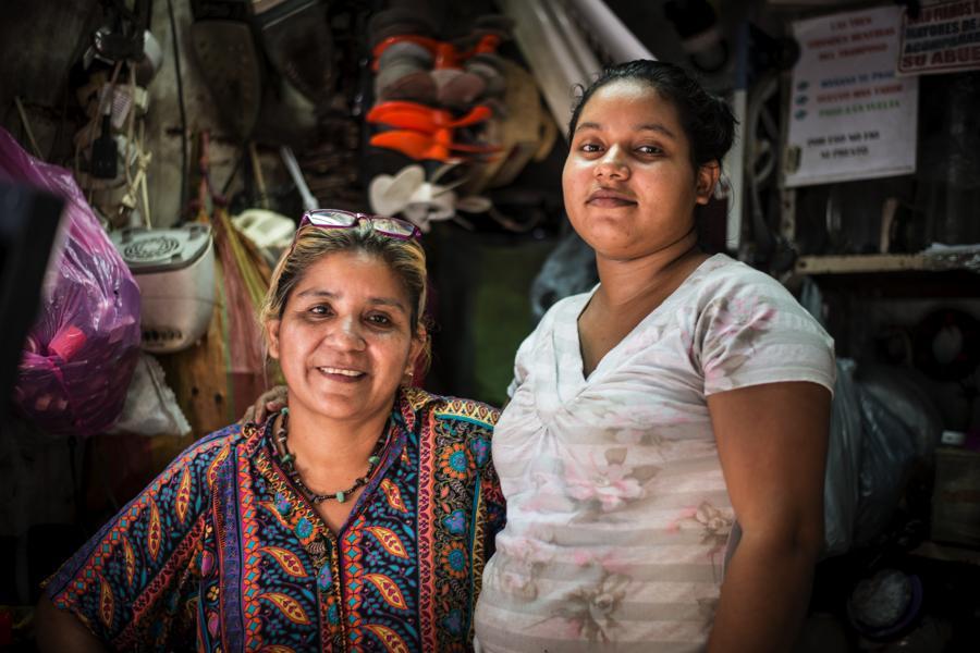 Rosa Emilia López tiene 15 años reparando electrodomésticos en su tramo en el Mercado Oriental. Ahora Mabel y Hazell, sus hijas, también se dedican a reparaciones en un tramo vecino.