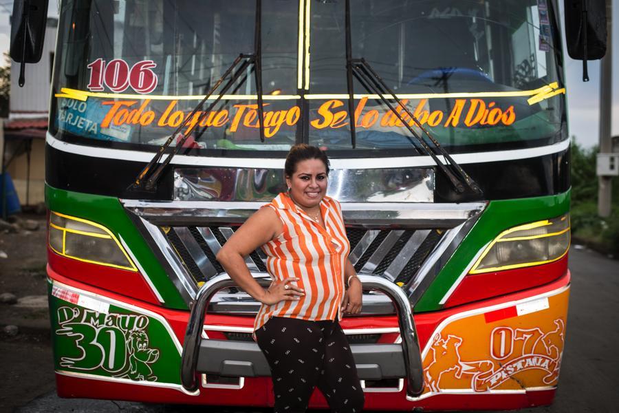Paola Carmona, de 23 años, es una de las tres buseras de transporte urbano colectivo de Managua. Conduce un bus Dina en la ruta 106, de la Cooperativa 30 de Mayo.