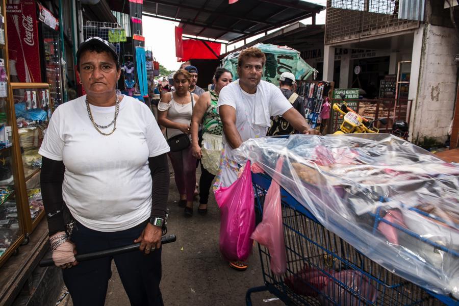 Marisol Castillo Delgado, es parte del cuerpo de seguridad Águilas Negras, que patrulla el Mercado Oriental. Foto Oscar Navarrete.
