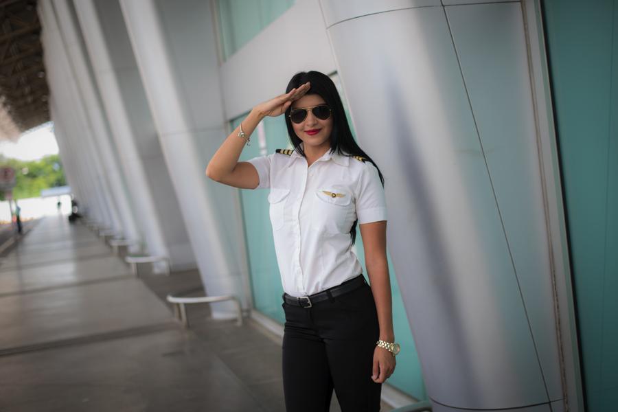 Anielka Espino, de 26 años, es alumna de la escuela de aviación Golden Wings Nicaragua, está acumulando horas de vuelo para alcanzar su primer licencia. Foto Oscar Navarrete.