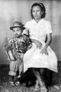 Promesa a la Virgen de Guadalupe: Adela Ortiz con su hijo Manuel Benito