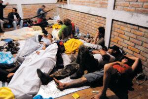 Mientras unos dormían en hamacas y casas de campaña al aire libre, otros lo hicieron amontonados en el piso, en la base del Cerro Negro.