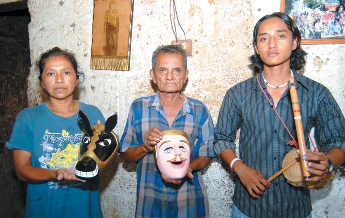 Desde la mujer que pinta las máscaras, Teresa, pasando por el tallador hasta el joven que aprendió los sones del Toro Guaco.