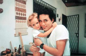 En 1999 el cantautor ya tenía tres años de ser Perrozompopo y se presentaba a dúo con su primo Augusto, uno con la guitarra y el otro con percusión. En la foto aparece al lado de su hija Tainá, que en esa época tenía dos años.