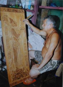 No solo música y poesía, también aprendió a tallar el poeta Adán Silva.