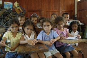 Estudian tercer nivel en la escuela José Dolores Estrada, Su profesora tiene que diferenciarlas a través de los aretes.