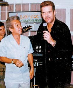 Compartiendo los micrófonos de Conchas Negras con el cubano Willy Chirino.