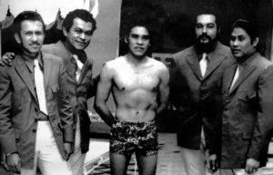 En la piscina del Gran Hotel, acompañado del mexicano Rubén Olivares, ex campeón mundial de boxeo en una visita a Nicaragua, un par de años antes de ser destronado por Alexis Argüello.