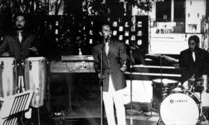 César Andrade cantando en El Gran Hotel, acompañado por Chico Luis Mejía, Tránsito Gutiérrez y Romero Canales.