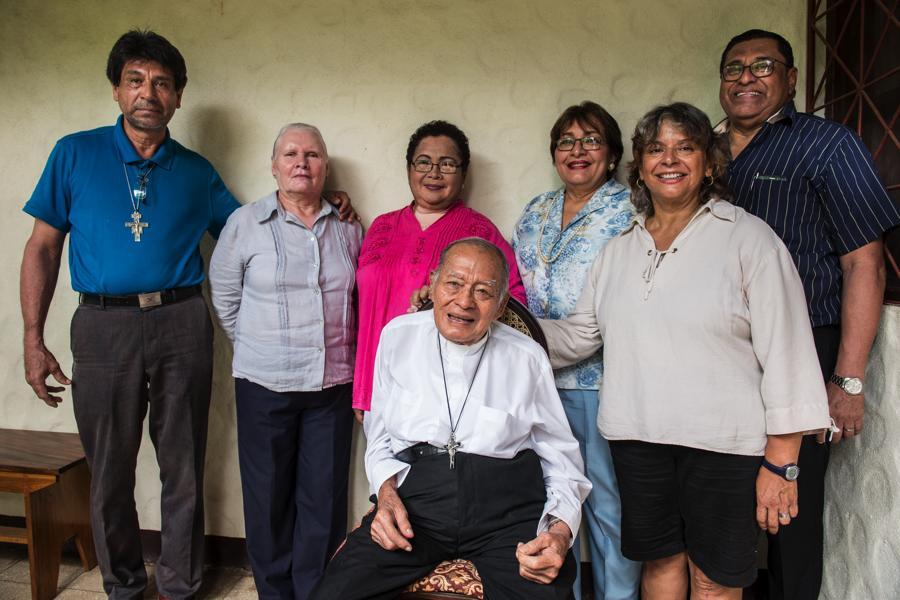 No se casó ni tuvo hijos, pero tiene una veintena de sobrinos. Vive con su hermana menor Irisy actualmente su sobrina Ileana Peralta Granera (a la derecha en la foto), cuida de él en León. Foto Oscar Navarrete.