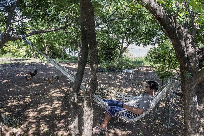 Gerson Rojas dice vivir tranquilo en la isla, aunque a veces extraña las visitas de turistas. Foto Oscar Navarrete.