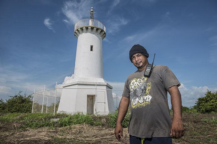 Gerson Rojas, de 32 años, desde hace tres años acompaña a su padre José Chévez a cuidar el faro de la isla. Foto Oscar Navarrete.