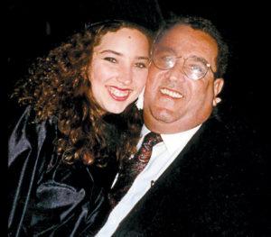 Foto familiar que muestra al ex presidente Arnoldo Alemán junto a su hija María Dolores, el día de su graduación en 1995 en EE.UU. Magazine/La Prensa/ Cortesía