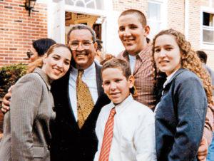 Alemán junto a sus hijos, derecha a izquierda: María Dolores, Carlos, el fallecido Arnoldo y María Alejandra. Magazine/La Prensa/ Cortesía