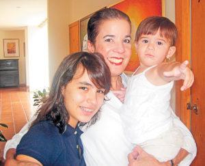 Claudia Lucía con sus nietas Violeta margarita y Cayetana en brazos. Magazine/La Prensa/ Cortesía