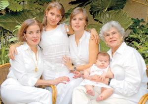 De izquierda a derecha: Claudia Chamorro junto a su nieta Violeta Margarita, su hija del mismo nombre; sobre el regazo de la ex presidenta. Magazine/La Prensa/ Cortesía