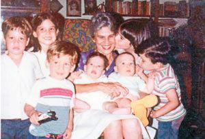 Doña Violeta rodeada de sus nietos mayores. De izquierda a derecha, Pedro Joaquín, Valentina y Sergio, en brazos Mariandrea y Tolentino, en la extema derecha Fadrique. Violeta Margarita le da un beso. Magazine/La Prensa/ Cortesía