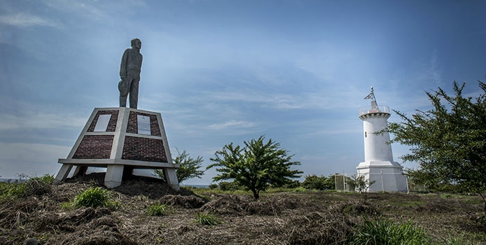 La estatua de Rubén Darío mira en dirección de Corinto, desde donde a veces llegan turistas curiosos o excursiones de estudiantes a conocer la isla que fue su inspiración. Foto Oscar Navarrete.