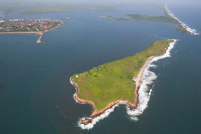 Vista aérea de El Cardón. La isla está rodeada de una pared rocosa de unos cinco metros, al oeste hay un boquete de playa que ha sido balneario de varias generaciones de corinteños. Foto Cortesía Alcaldía de Corinto, tomada por la EPN.