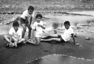 Aquí con sus hermanos, en la playa disfrutando.