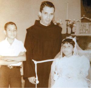 El padre Uriel Molina Oliú, junto al futuro sacerdote José Luis Montoya en una imagen rescatada del álbum familiar de este sacerdote.