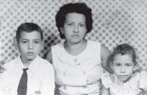 Foto Luminton. El niño José Luis Montoya, su madre Carmen Aurora Martínez de Montoya