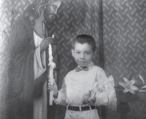 Orgulloso haciendo su primera comunión en la iglesia maría de los Ángeles, con el padre Bernardino Formiconi.