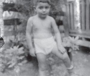 El padre Montoya cuando era un cipote en el Barrio Riguero.