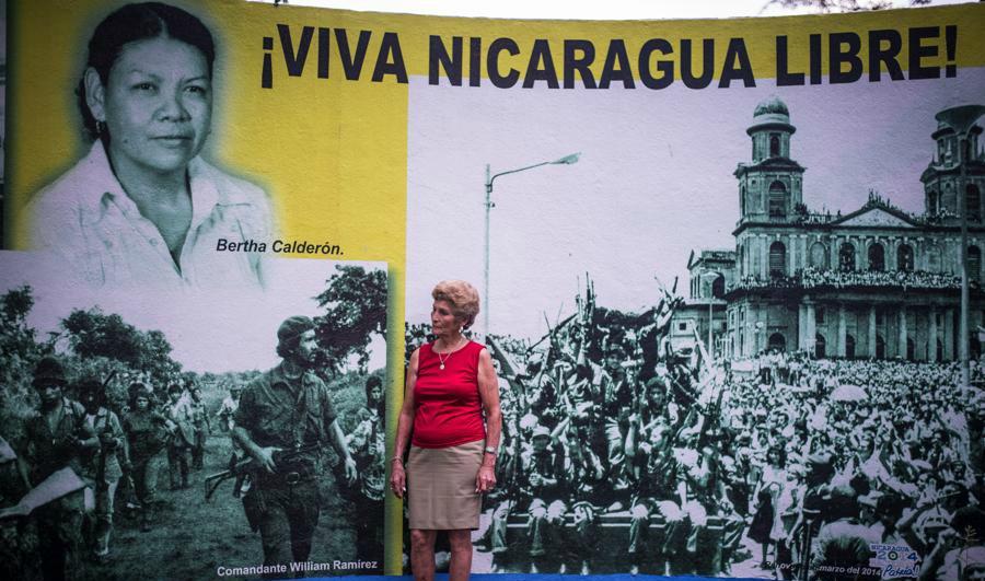 """Cada vez que Sonia María ve este mural frente al estadio de beisbol Stanley Cayasso se impresiona. """"Yo no sé por qué le hicieron eso a ella"""", alcanza a decir. Foto Oscar Navarrete."""