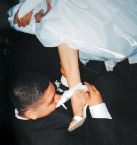 Cuando se casó con Karla Carolina Martínez, el 10 de septiembre de 2004, quitándole la liga con la boca.