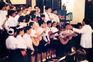 En el coro de Batahola, en una gira que hizo a Estados Unidos, Allí aparece tocando flauta.