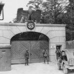 Tropas estadounidenses en la entrada del recién liberado campo de concentración de Dachau, en 1945