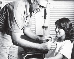 En 1982, con Brenda Rocha, la muchacha de la sonrisa que perdió sus brazos en un ataque en Bonanza.