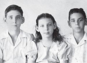 En 1945, la fotografía de pasaporte de Fernando, Esmeralda y Gonzalo.