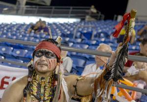 """Jorge Artola, """"George"""", se maquilla y se prepara por dos horas para llegar al estadio como indio y animar a la barra del Bóer. FOTO/ WILMER LÓPEZ"""