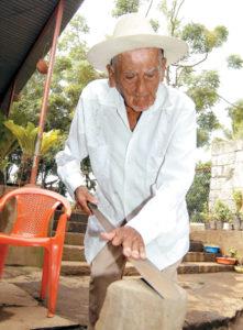 Ruperto Hernández tiene energías para afilar su machete.
